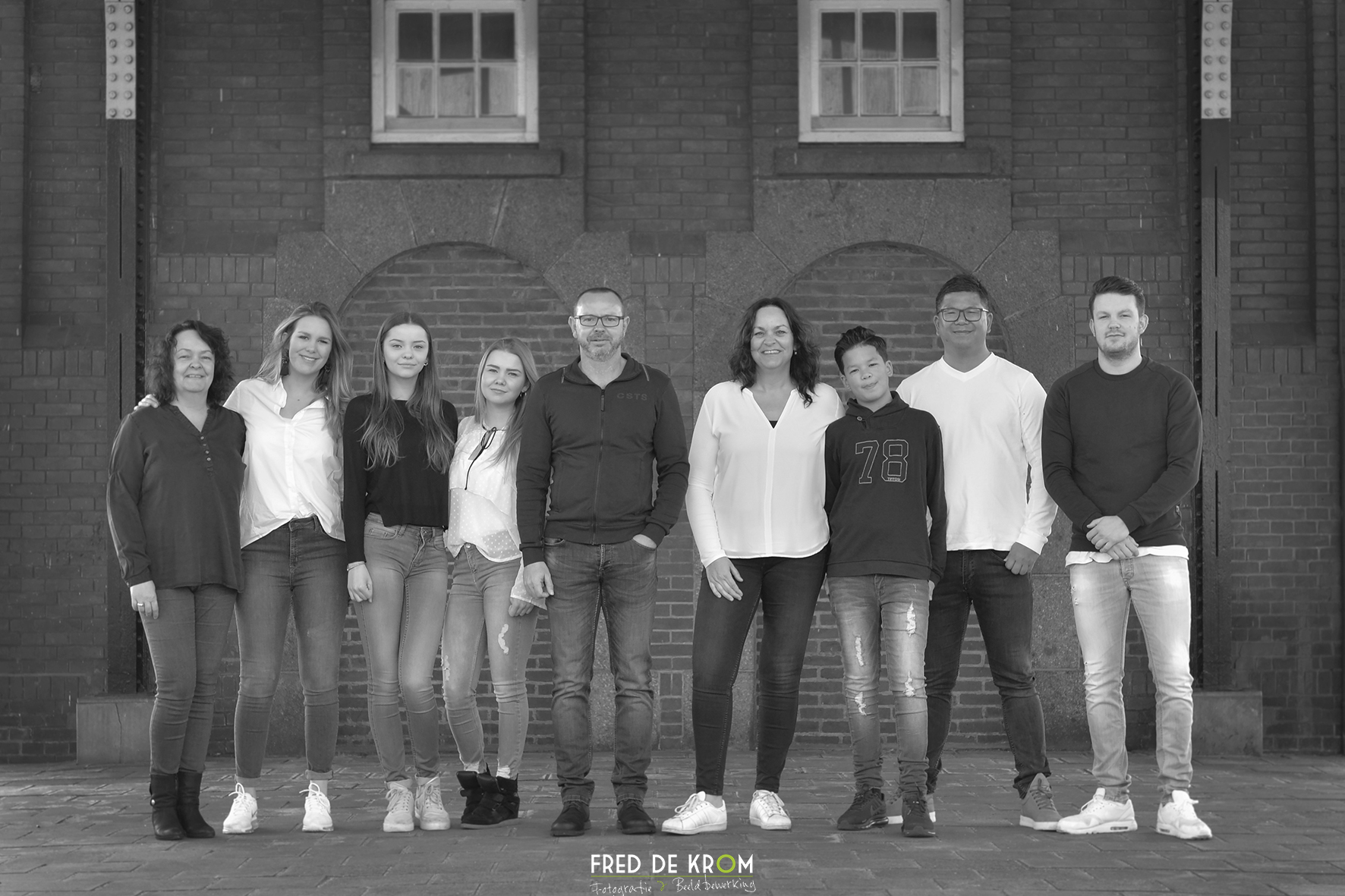 Familiefoto op station Geldrop_zwart-wit foto