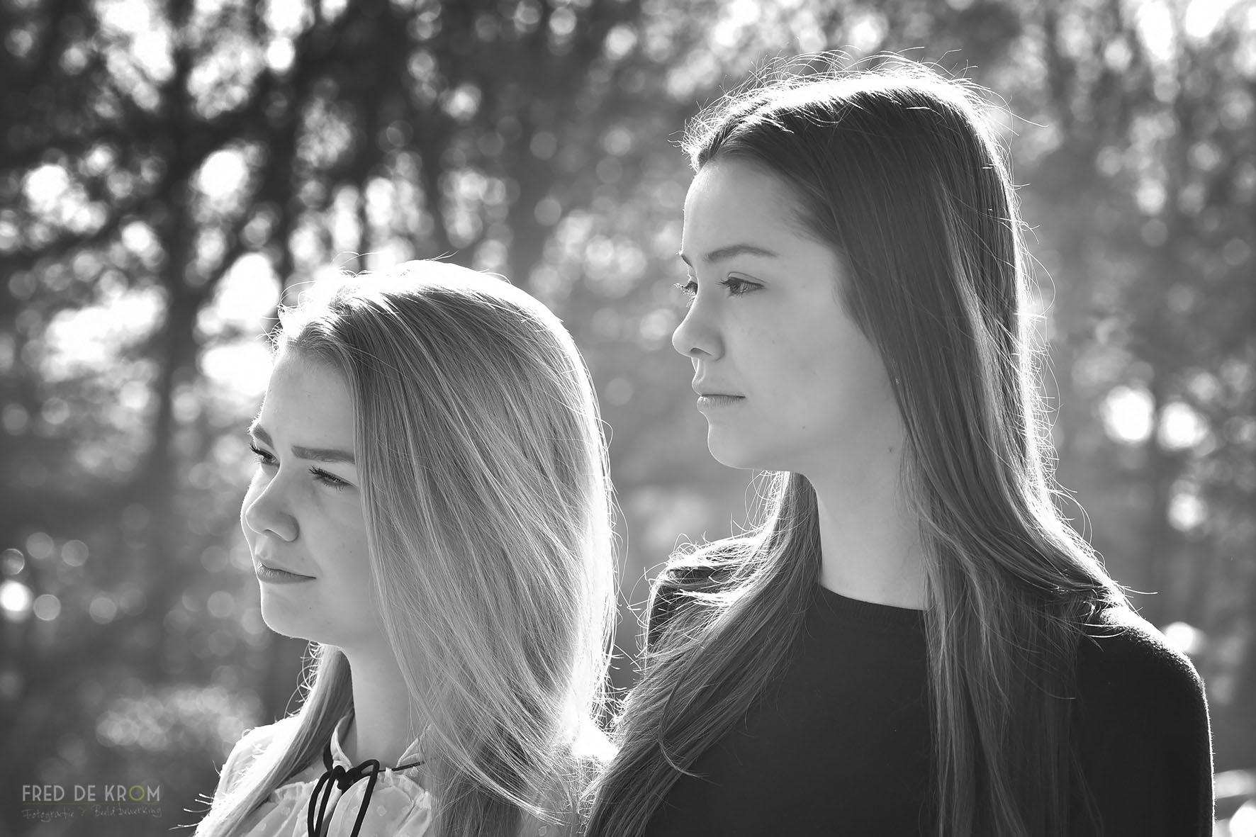 zusjes op station Geldrop_zwart-wit