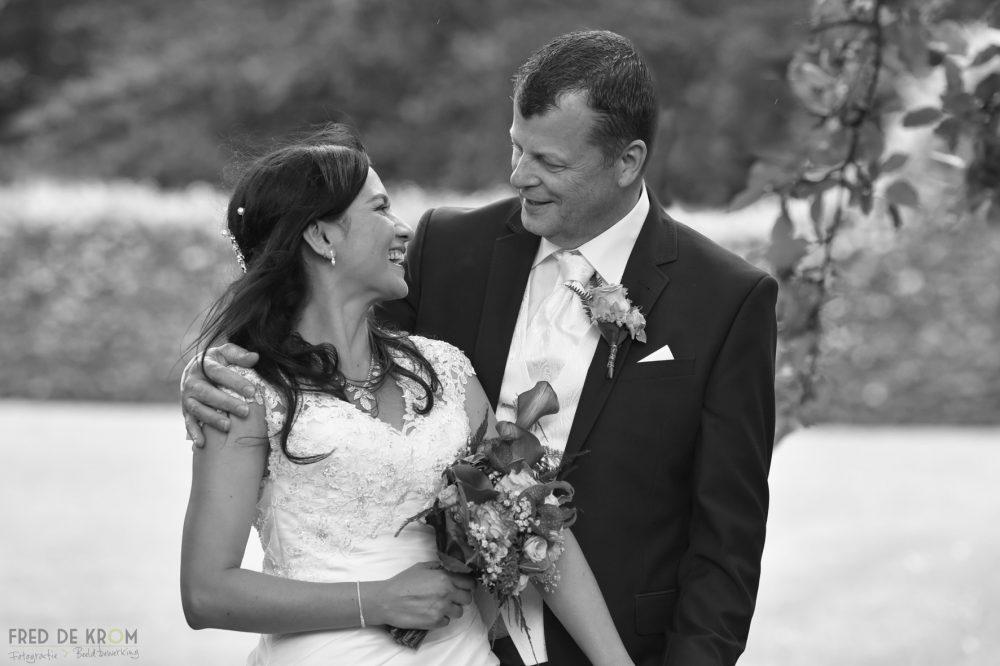bruidsboeket met ringen fotoreportage zwart wit bruidsreportage bruidsfotografie bruidspaar_Tina en Jaap Theo Eindhoven Valkenswaard Waalre Veldhoven Geldrop Fred de Krom Fotografie en beeldbewerking fotograaf