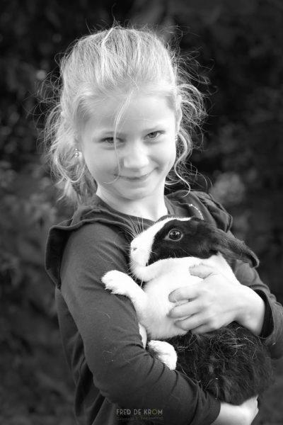 meisje met konijn_familiefotografie_fotoshoot op locatie_gezinsfotografie_kinderfotograaf_kinderfotografie_Waalre_Eindhoven_Valkenswaard_03