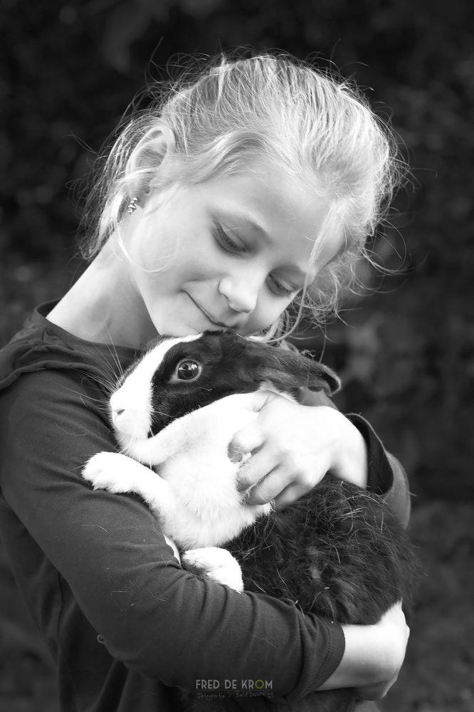meisje met konijn_familiefotografie_fotoshoot op locatie_gezinsfotografie_kinderfotograaf_kinderfotografie_Waalre_Eindhoven_Valkenswaard_02