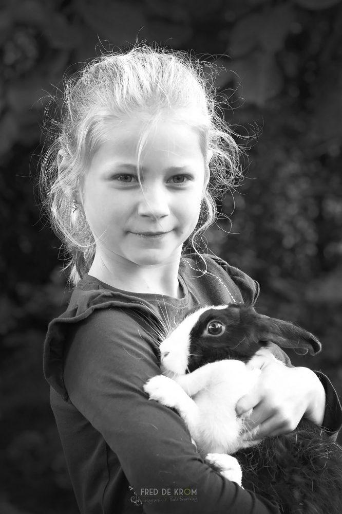 meisje met konijn Flappie_familiefotografie_fotoshoot op locatie_gezinsfotografie_kinderfotograaf_kinderfotografie_Waalre_Eindhoven_Valkenswaard