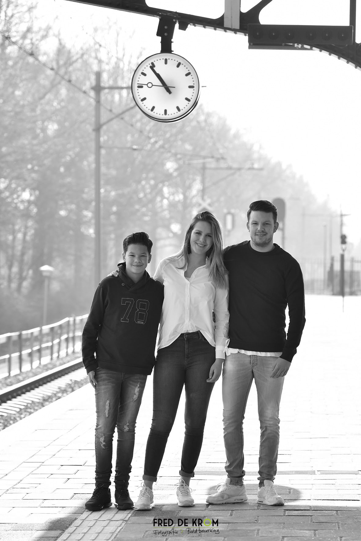 Broers en zus foto op station Geldrop_zwart-wit foto