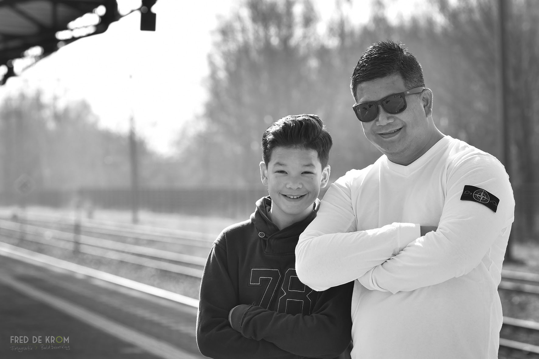 vader en zoon fotografie op station Geldrop
