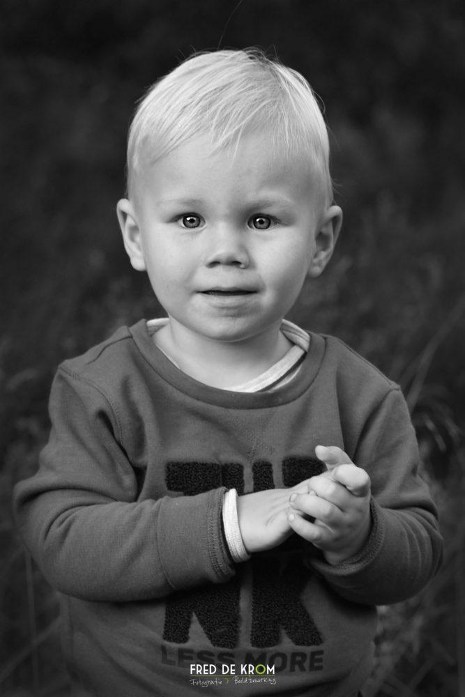 portretfoto van kind, zwart wit foto
