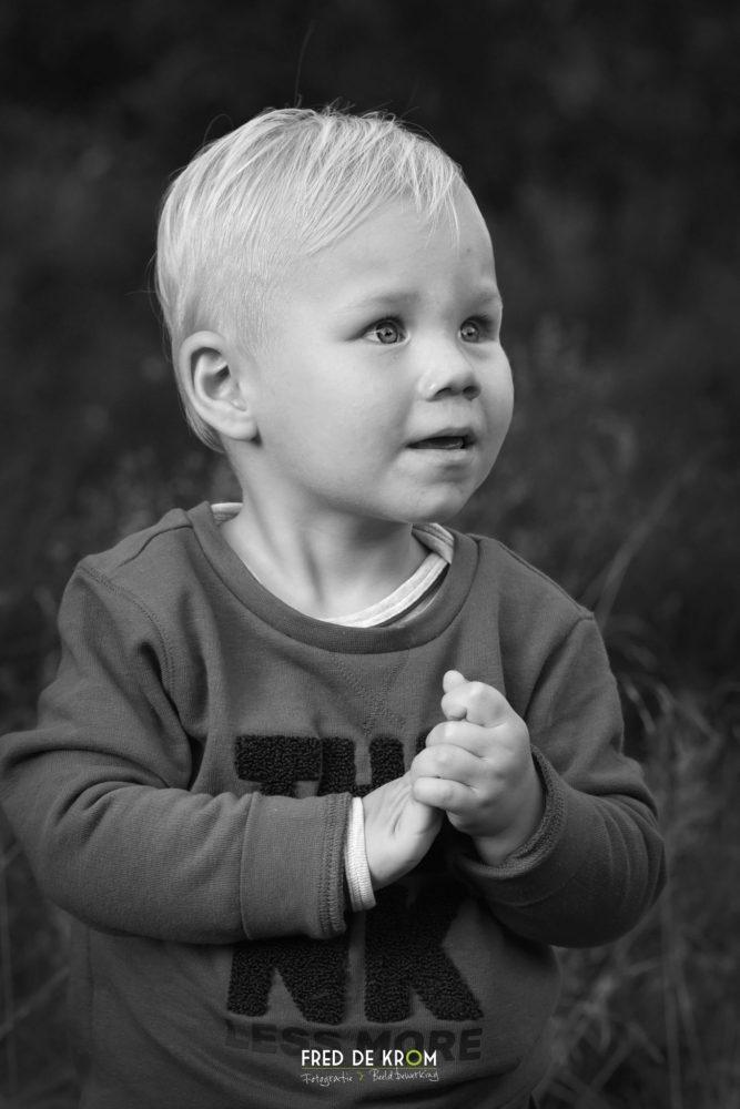 portretfoto van kind_zwart wit foto