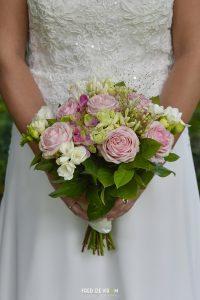 Bruidsfotograaf Lommel Achel Bree Bocholt Bruid Anne pastel boeket vasthoudend. Valkenswaard Eindhoven Waalre Eersel Geldrop Veldhoven Meerhoven Geldrop