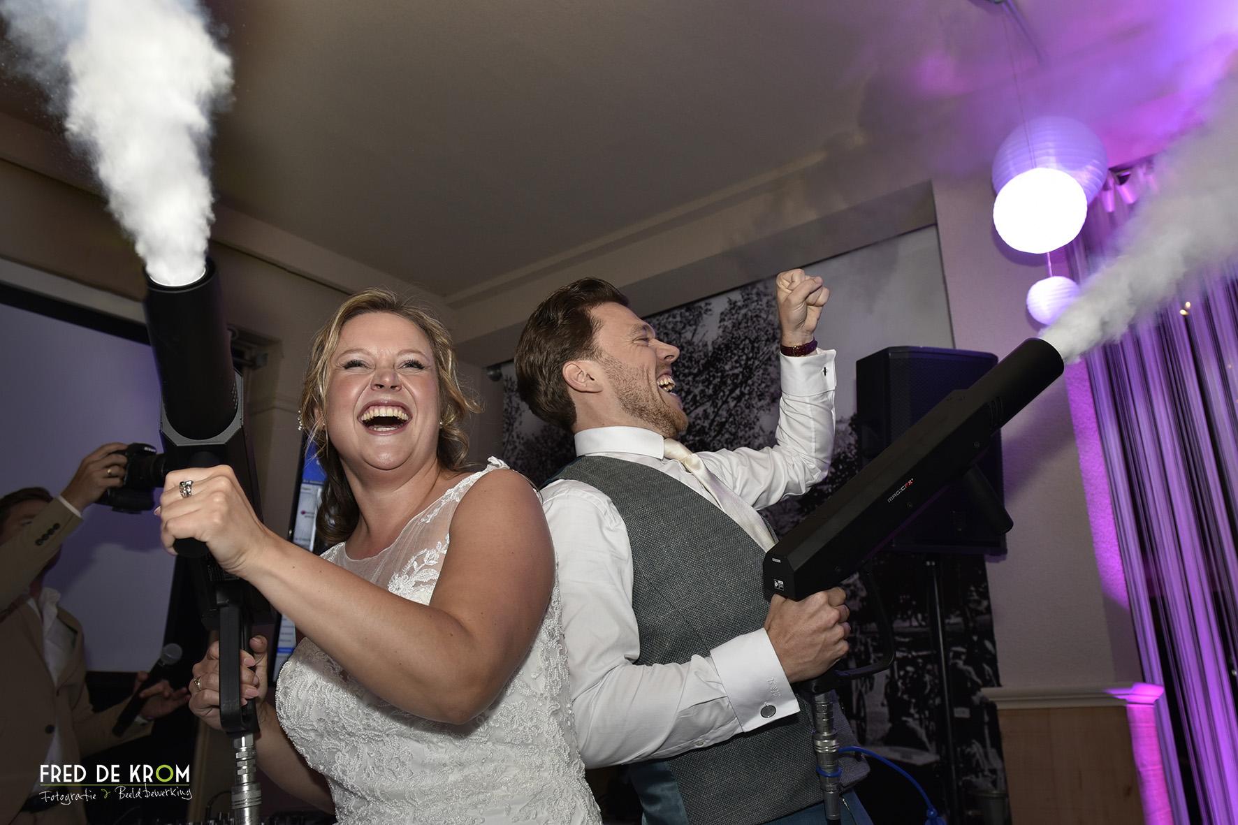 Bruidspaar feest openend met rookkanon.