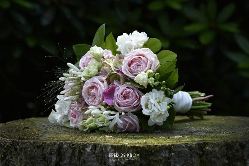 bruidsboeket met rozen op boomstronk Bruidspaar Anne en Mitchell in theetuin in Valkenswaard Eindhoven Veldhoven Meerhoven Geldrop