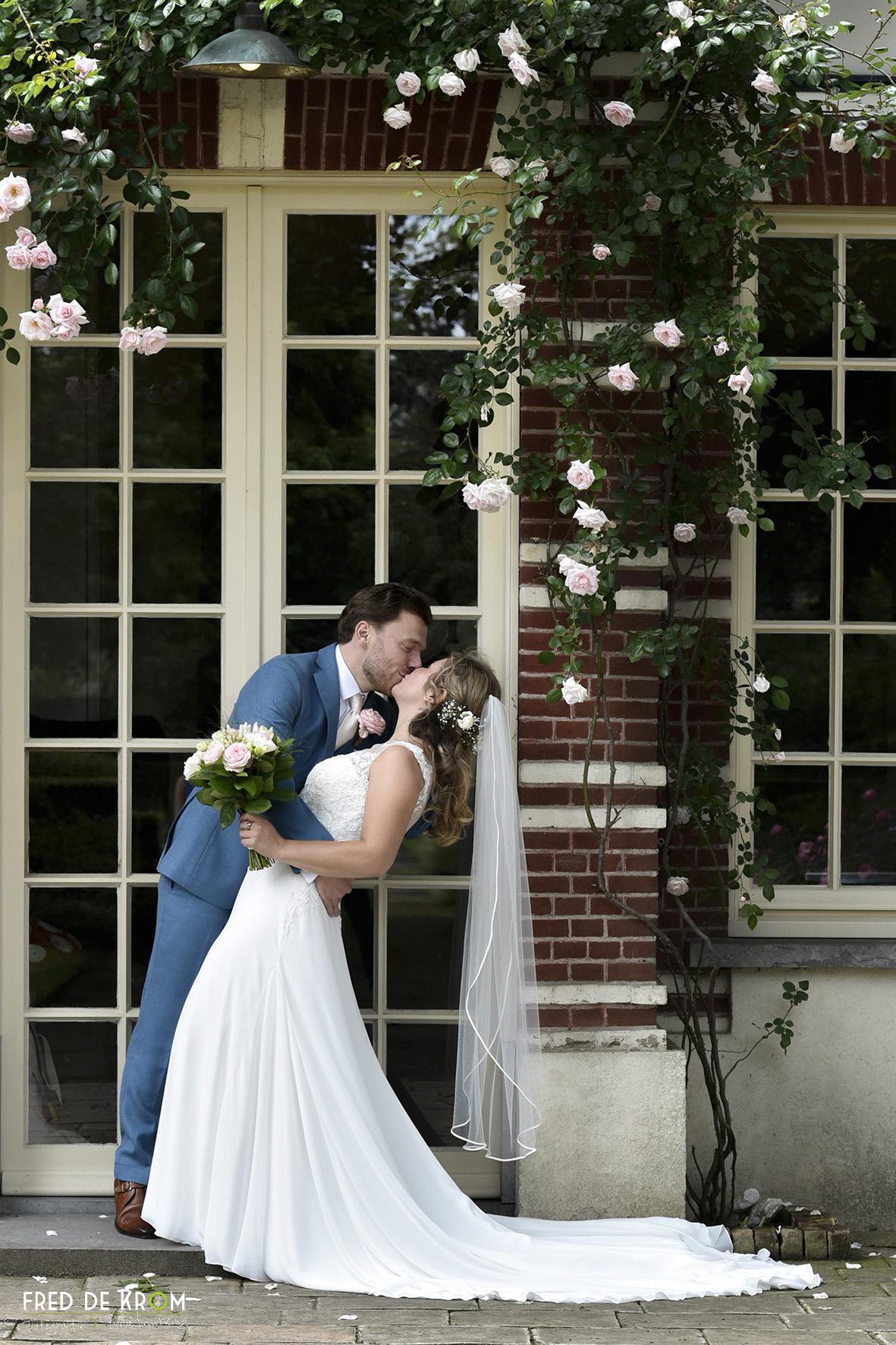 Bruidspaar Anne en Mitchell bij theehuis in Valkenswaard