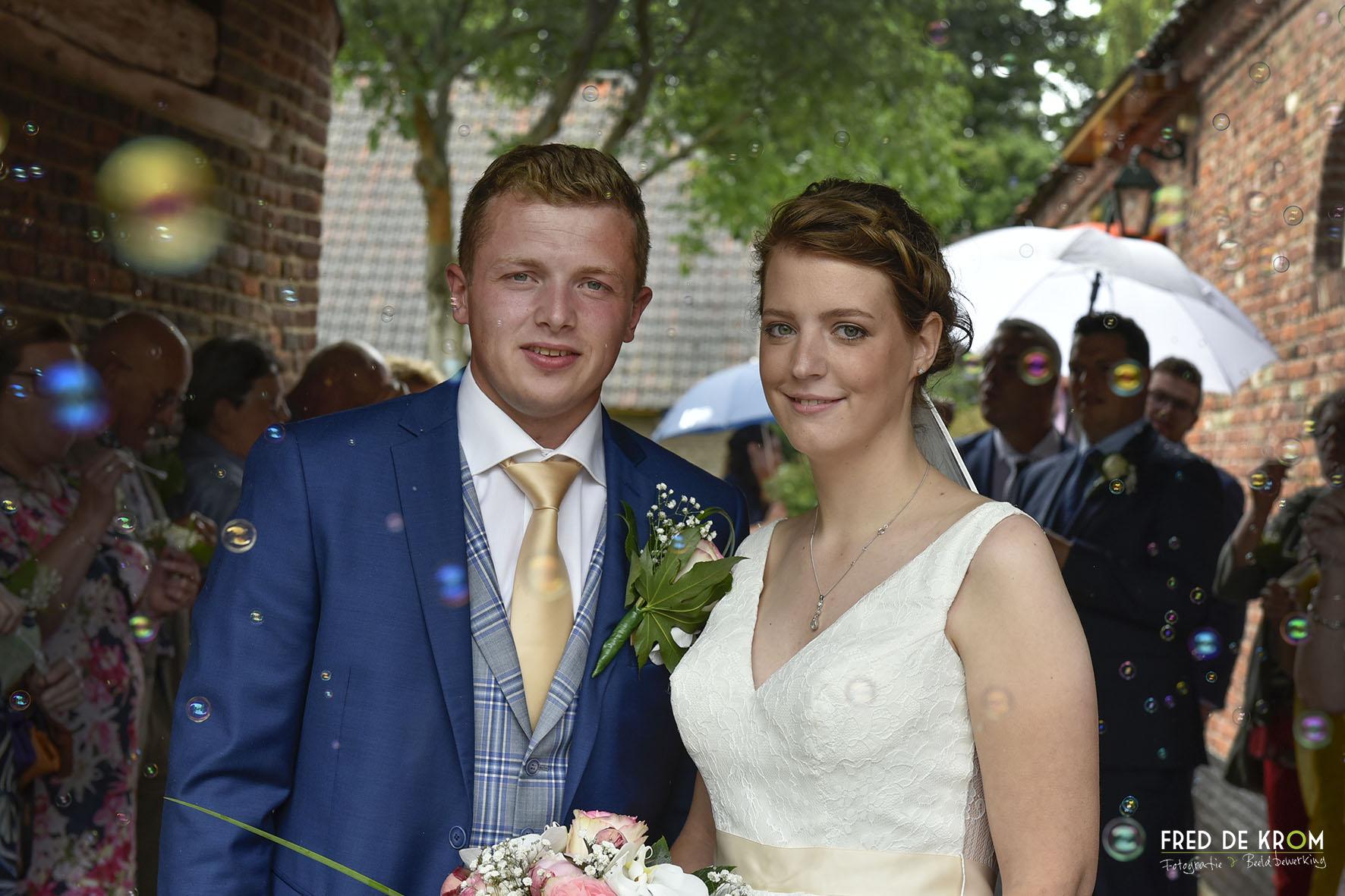 Bellen blazen tijdens bruiloft, bruidsfotografie, bruidsreportage in Zeelst, Veldhoven