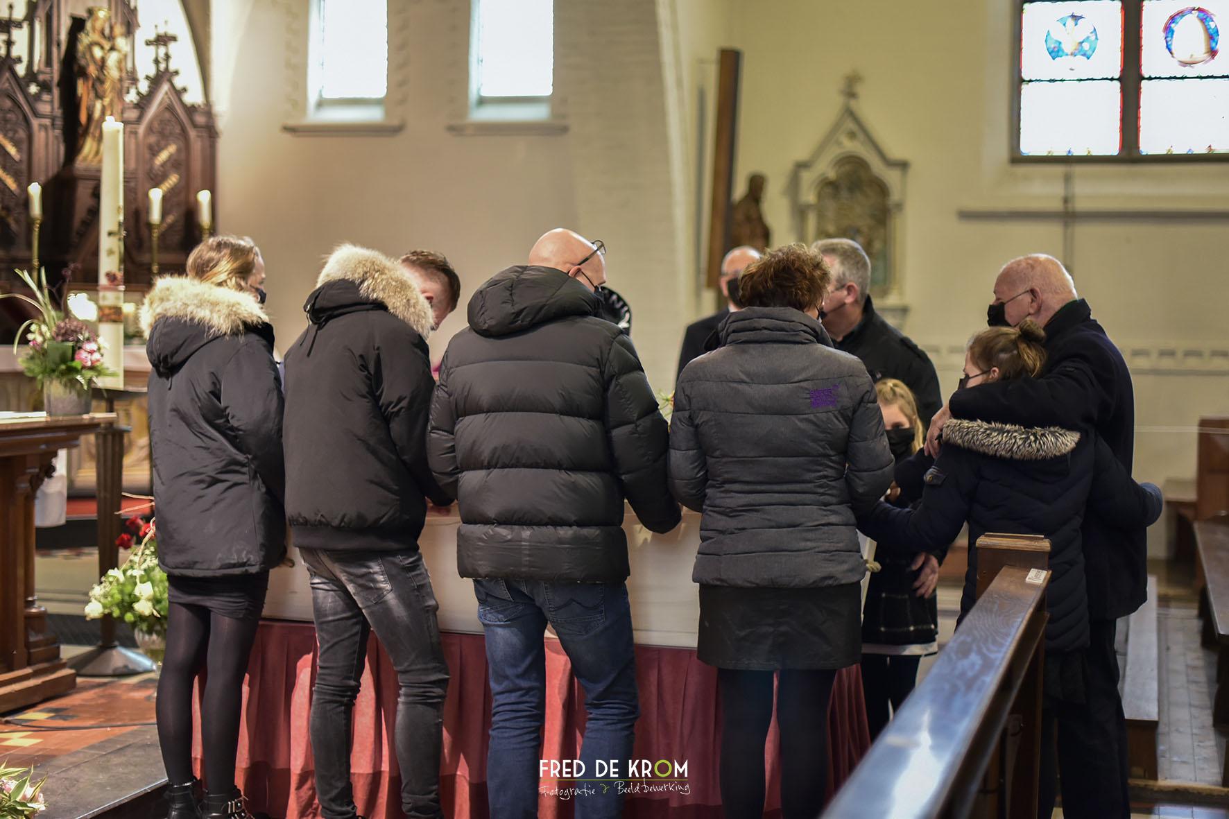 Foto tijdens begrafenis in Geldrop kist door familie in kerk gedragen..