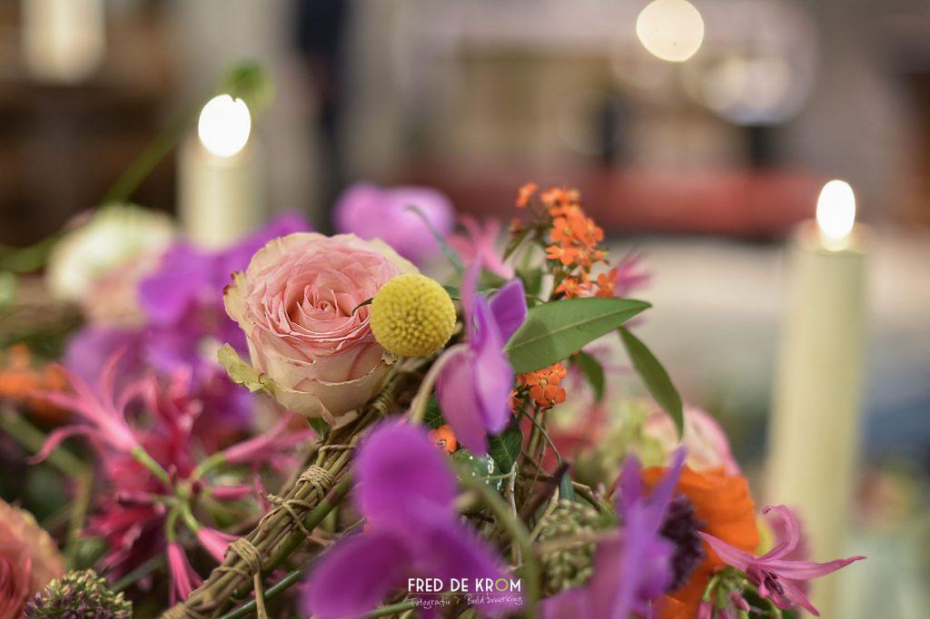 Bloemen op kist in kerk bij begrafenis.
