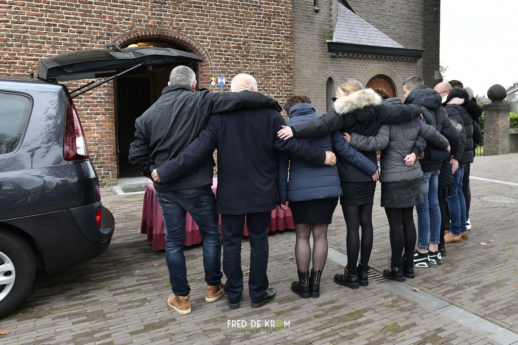 Foto tijdens begrafenis in Veldhoven, familie voor de kerk.