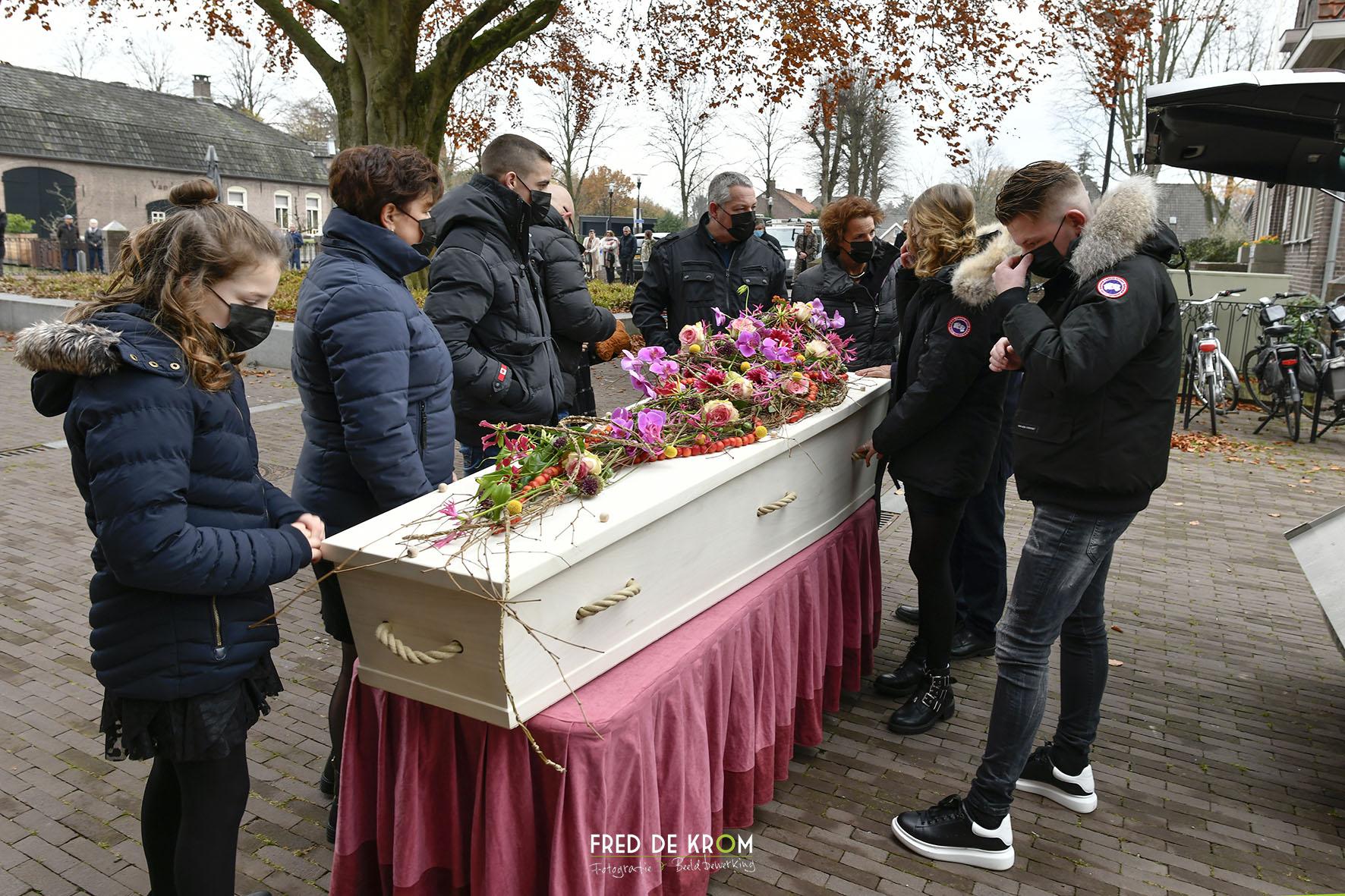 Foto tijdens begrafenis in Veldhoven, kist uit rouwauto.