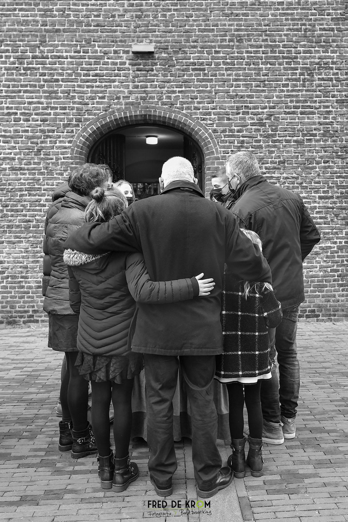 Foto tijdens begrafenis in Veldhoven, familie buiten de kerk..