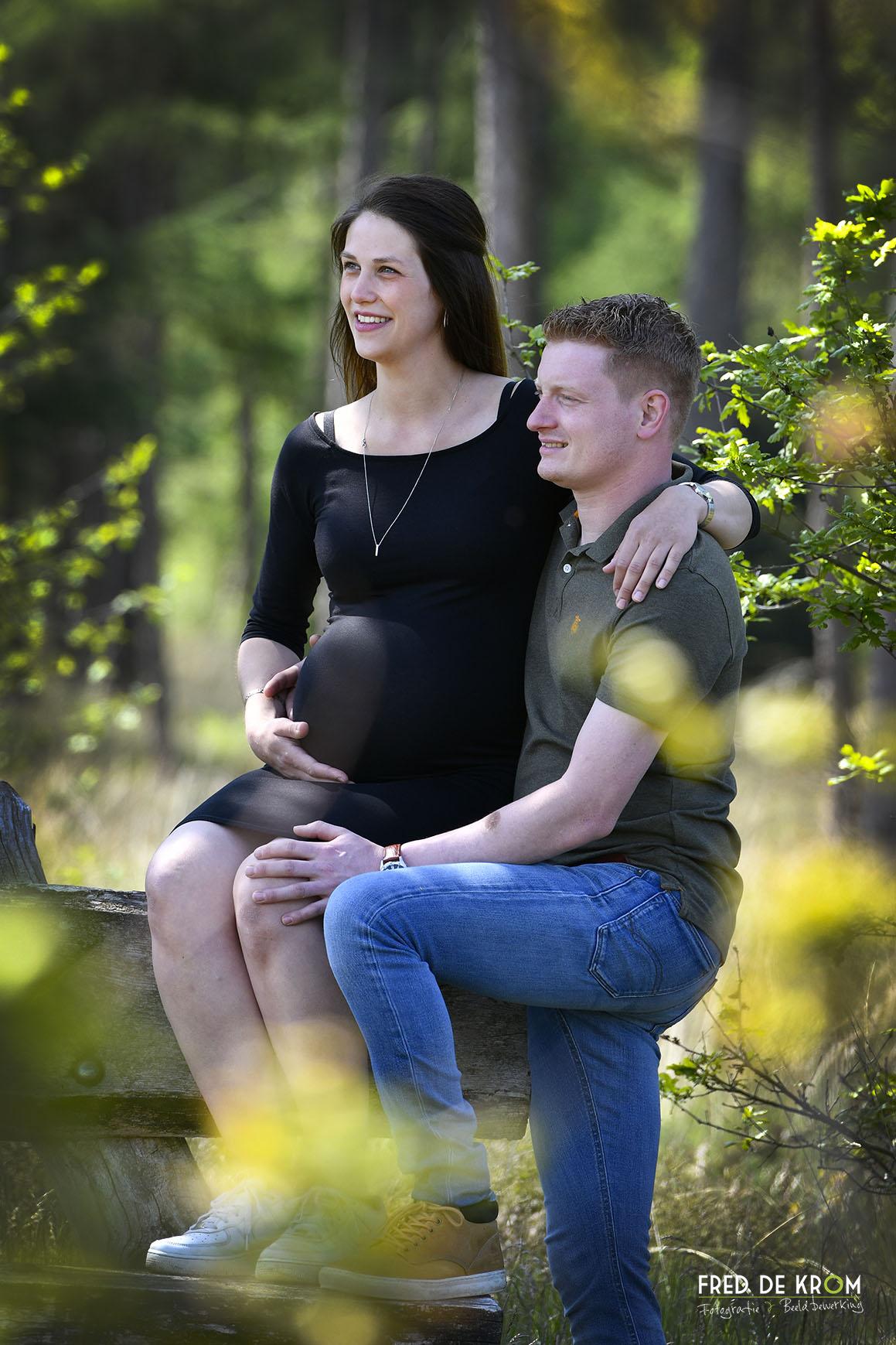 Zwanger stel op bank in bos bij Borkel en Schaft, Achel.