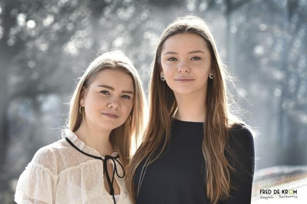Zussen fotoshoot_fotografie en beeldbewerking_ pagina over fotoshoots op locatie. Twee zusjes in het tegenlicht. Geldrop.
